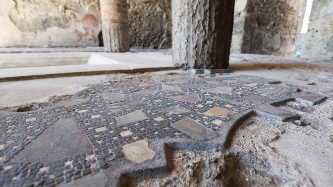 Tourist caught with Pompeii mosaic tiles, Report