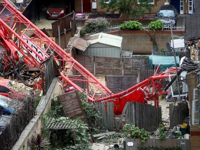 Bow crane collapse: One dead and four injured