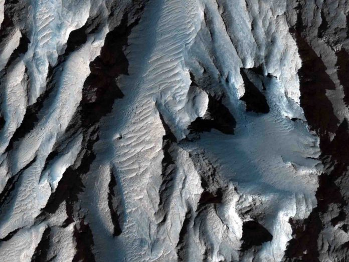 NASA reveals new images of largest canyon in the solar system (Photo)